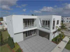 Casa Nova Estilo Moderno - 5 Quartos Com Piscina em Doral - Miami $995,000