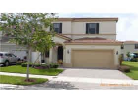 Casa com Piscina em Condominio Fechado - Miami $549,000