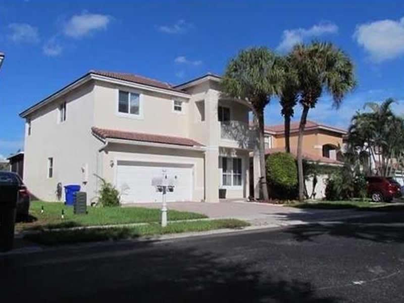 Casa em frente à lagoa em Pembroke Pines - $429,000