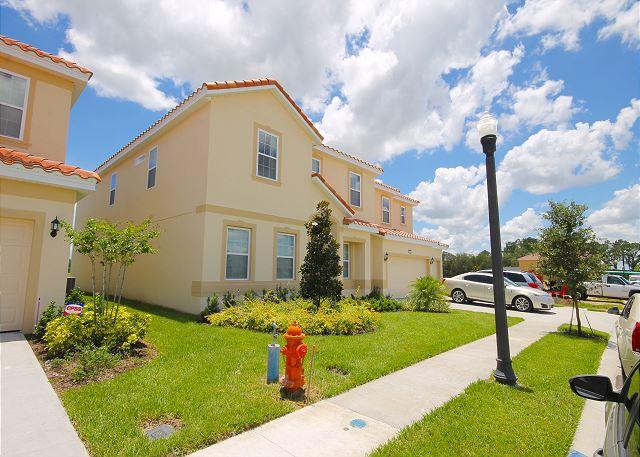 Nova Mansão de Férias 14 Dormitórios com Piscina em Condominio Fechado o Lado o Disney $590.000