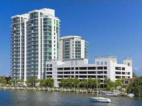 Apartamento com Ambiente de Resort Cinco Estrelas em Miami Beach $385,000