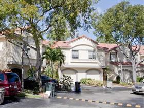 Townhouse Reformado 2/2 com garagem fechada em Aventura $334,900