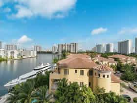 Apartamento de 3 quartos com varandão em Aventura $547,000