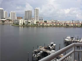 Apto de 2 Quartos Todo Reformado e Bem Localizado em Aventura com Varanda - Miami $299,500