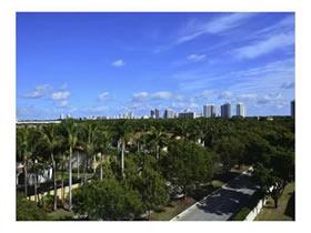 Apto reformado com varanda em Aventura - Miami (2 quartos) $276,000